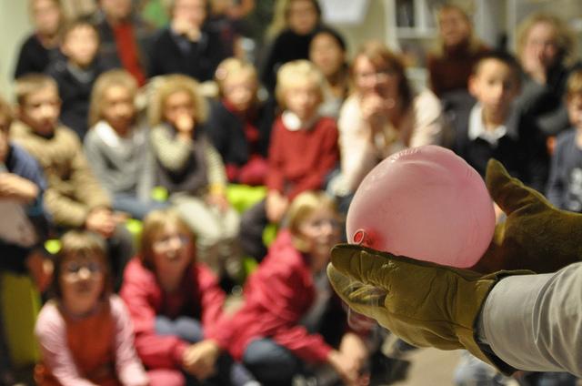 Accueil des groupes scolaires pour la Fête de la science à l'Espace Mendès France