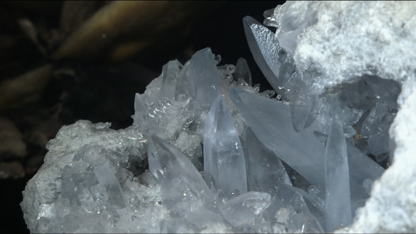Cristal et cristallographie. De la beauté des formes extérieures à la périodicité de l'empilement atomique